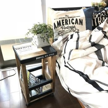 廃材を利用して作ったサイドテーブルは、ベットサイドにぴったりのサイズ感。天板の下はスペースがあり、雑誌や小物を置けるようになっています。底にキャスターを付けているので移動もラクラク!ステンシルを施すとより一層おしゃれに仕上がりに。