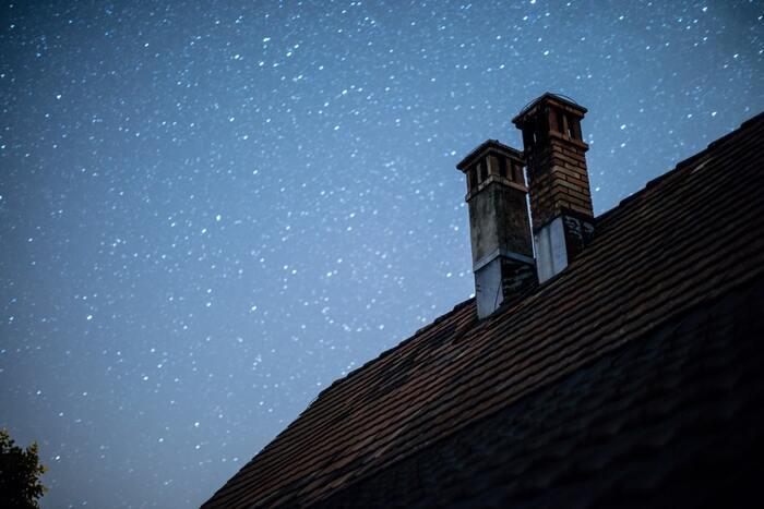 心優しい聖ニコラスは、近所の貧しい家族を救うために、その家の煙突から真夜中に金貨を投げ入れてあげました。そのお金で家族は救われたのですが、そのとき、金貨が暖炉のそばに干してあった靴下の中に入ったことから、クリスマスに靴下を吊るしておくと、サンタクロースが煙突から入って贈り物を入れてくれるという伝説が生まれました。