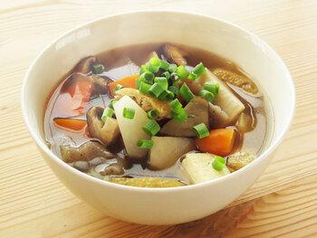 根菜がたっぷり入ったけんちん汁は、温活にぴったりな冬の定番スープです。肉や味噌を一切使わないことで、素朴で優しい野菜の出汁を頂くことができます。