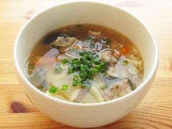 少し時間がある日に挑戦したいのが、ブリを主役にしたあら汁です。旬のブリの旨味をギュッと凝縮した出汁は、まさに冬のご馳走スープ。ネギを散らし根菜をたっぷり入れれば、より冬らしく仕上がります。
