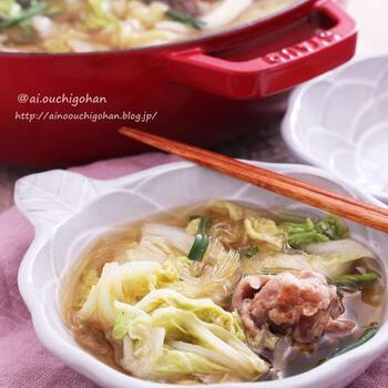 豚コマ団子と春雨のボリューミーなおかずスープです。体を冷やすと言われている食材の白菜も、和風出汁がたっぷり染みたスープや鍋なら暖かく美味しくいただけます。