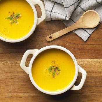 胃腸をじんわり温める効果があるかぼちゃは、クリーミーなポタージュがおすすめ。生クリームを豆乳に変えることで体にも優しく、かぼちゃそのものの甘味が引き立つスッキリとした味わいのスープに仕上がります。