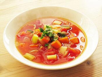 野菜の種類が増えるほどスープの旨味が増すミネストローネ。基本は人参、玉ねぎ、セロリなどを使いますが、この時期なら旬のかぼちゃや大根を入れるのもおすすめです。たっぷりと野菜が摂れるので、体調を整えたい時にも◎