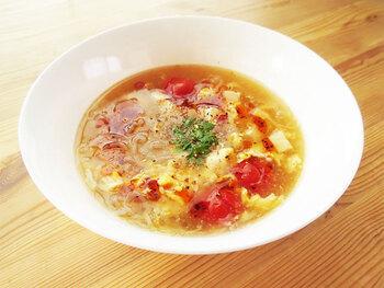 トマトと白滝でさっぱりといただける酸辣湯は、こってりした食事のお供に最適な1杯。鷹の爪や生姜などの体温まるスパイスが良いアクセントになって、食欲をそそります。