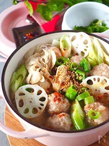 ほのかな粘り気がスープにとろみをつけてくれるレンコンは、風邪予防にも有効な冬野菜です。仕上げにごま油とラー油をたらせば、ピリっと辛いご馳走スープに。