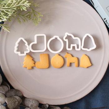 こちらは3Dプリンターで作ったクッキー型の、ツリー、靴下、オーナメント、ダーナラホース、ベルの5種類のセット。どれも縦約3センチのミニサイズでとってもキュート。そのまま盛り合わせたり、大きめのリースのクッキーや、スイーツの飾りに使ってもオシャレです。