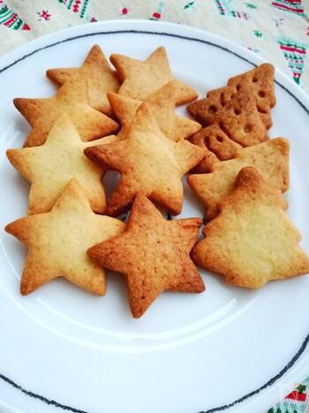 キュートなクッキー型をそろえたら、さっそくクッキーを作ってみませんか?こちらのシンプルながら素朴な味わいのレシピは、型抜きしやすい生地に仕上がるので親子で楽しくクッキーを作れます。