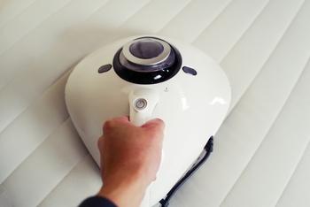 どうしても溜まってしまうホコリや気になるダニは、布団掃除機などで吸い取る様にしましょう。最近では、普通の掃除機にお布団用のヘッドが付いているタイプも多くなりましたよね。お布団専用がない場合でも、ヘッドが清潔なものなら普通の掃除機でもある程度のホコリなどは吸い取ることができます。