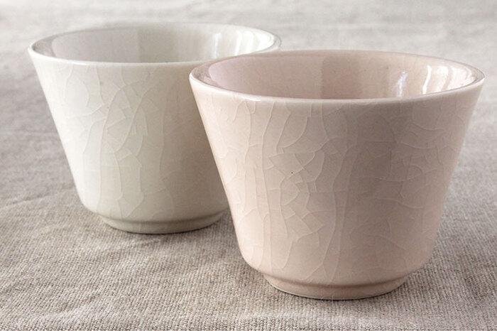 三重県四日市市の伝統的な焼き物「萬古焼」の陶磁器メーカー「南景製陶園」の湯呑。自然に作り出された、釉薬の表面に入る細かいヒビ模様「貫入」が美しいですね。