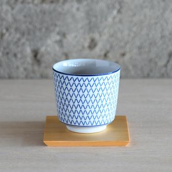 白地に藍色のプリント柄が映え、美しい。容量約200mlとたっぷり入る大きさで、日常で使いやすいサイズです。