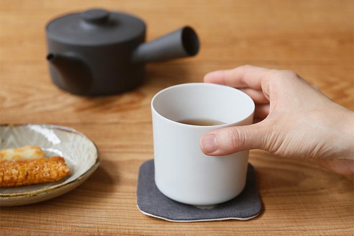 磁器作家・イイホシユミコさんプロデュースの、シンプルな筒型の湯呑。薄手の白磁製で、口当たりも良く清潔感があります。