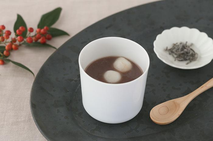 中身はお茶だけでなく、コーヒーやスープはもちろん、デザートの白玉ぜんざいを入れても不思議としっくりきます。日常やおもてなしにフリーカップ的な使い方ができそうですね。