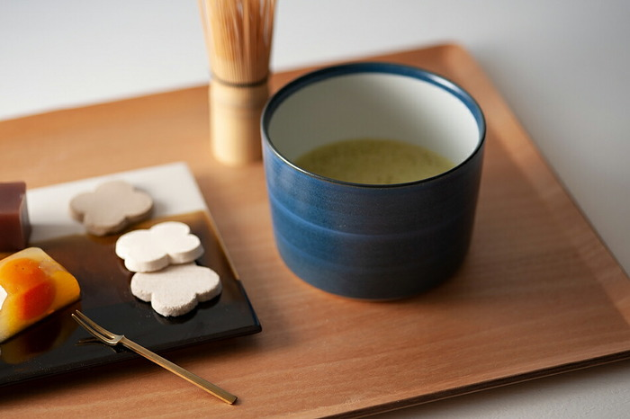 抹茶碗のようなたっぷり容量のLサイズ。ごはん茶碗やスープボウルとしてもぴったりです。深みのある呉須の刷毛目を重ねた「GOSU」は、シックでモダンな色合いが美しい。