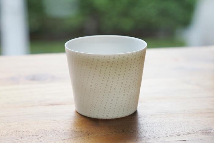 器を手にしたときに手の影が透けて見えるほどの繊細な薄さが美しい「エッグシェル」のカップ。繊細な磁器づくりに定評のある丸直製陶所によるもの。光を受けて浮かび上がる模様は、まるで影絵のような美しさです。
