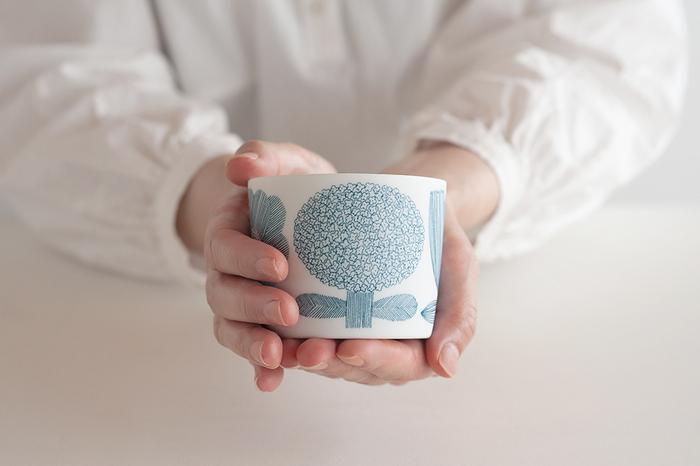 手のひらにしっくりと収まる小ぶりなカップ。使うたびにキュートで繊細な柄を目にすると、心が躍りますね。