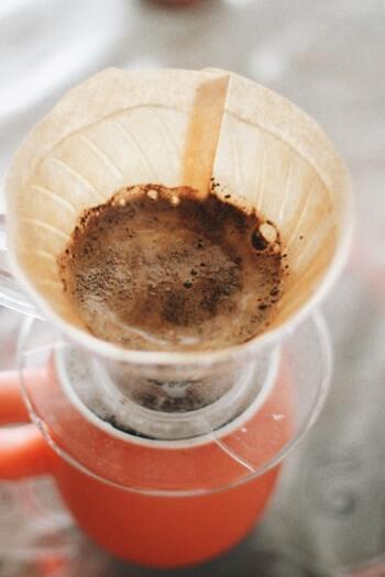 このアクをいかに抽出しないかが、ドリップコーヒーの美味しさを左右すると言っても過言ではありません。 そしてアクをできるだけ入れずにコーヒーを抽出するには、ドリップを終えるタイミングがとても重要。お湯を注ぎ続け、大きな白い泡が立ってきたら素早くドリッパーを取り外しましょう。