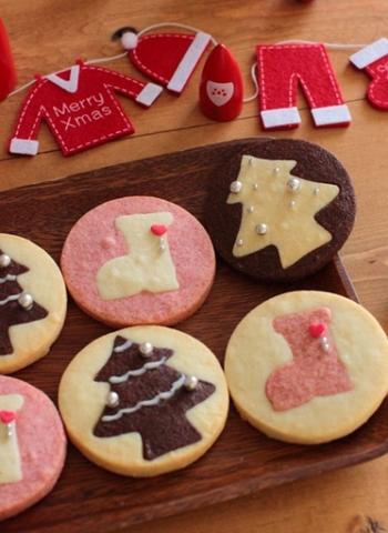 丸い型抜きで抜いたあと、中を靴下などの型でくり抜き、生地の色を変えたものをくり抜いた部分に詰めて焼けば、キュートな絵柄のクッキーに♪ココア、イチゴの他に上記の抹茶生地も合わせればよりクリスマスらしいカラーになりそう。