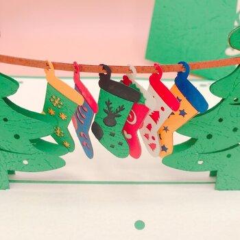 靴下も一つ一つ柄が違っていて、とってもキュート。このまま飾っておきたくなるカードは、プレゼントに添えるだけでなく、遠く離れて会えない方に心を込めたメッセージを書いて贈っても喜ばれそう。