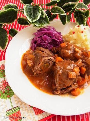 """""""Rinder""""(リンダー)は牛肉、""""Rouladen""""(ルラーデン)は巻いた料理という意味のドイツの家庭料理です。家庭料理と言っても、普段からしょっちゅう食卓に出てくるようなものではなく、やはりちょっと特別感のあるメニューなのだそう。ベーコン、玉ねぎ、ピクルス、マスタードを牛薄切り肉で巻いた、見た目にも華やかでボリューム感のある一品です。"""