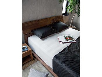 ダークブランのベッドフレームにブラックのベッドリネンを取り入れた、シックで大人な印象のベッドルームです。ベッドの横の観葉植物も癒しや落ち着きを与えていますね。ホテルで良く見かける、ベッドスロー(掛けカバーの上にある帯のような布)をプラスすることも、簡単にホテルのようなベッドメイキングに近付くことができておすすめです。