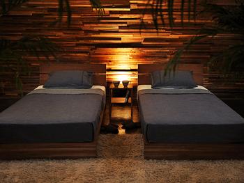 ベッドなどの家具や照明器具、飾るアート作品などをシンメトリー(左右対称)に配置することで、ホテルのような落ち着いた空間が広がります。シンメトリーの配置にこだわることで「きちんと整った空間」に見せてくれるため、ホテルライクインテリア初心者の方でも手軽にマネしやすいポイントです。