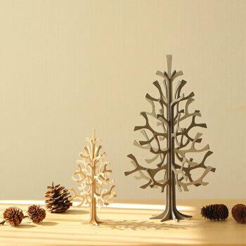 大人になると大きなツリーは...と思われる方は、こんなスタイリッシュなツリーはいかがでしょうか。フィンランド生まれのlovi(ロヴィ)のツリーは、北欧では幸運をもたらす木とも呼ばれるバーチ(白樺)が使われていて、幸せの贈り物とも呼ばれているそうです。一緒に飾るアイテムを変えたら、クリスマスだけではなく一年中楽しめそうですね。