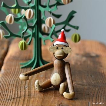 デンマークの巨匠カイ・ボイスンの有名な木製モンキーも、サンタキャップを被せるとクリスマス仕様に。これがまたたまらなくかわいいんです。モンキーをお持ちの方はもちろん、この機会にモンキーと一緒にお家に迎えてみませんか?