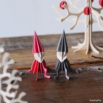 小さな小さなエルフ。フィンランドでは様々な場所にエルフが居ると言われていて、クリスマスの時期にはサンタクロースを手伝うエルフもいるそうです。魔法の力を持つエルフは大切にすると、良いことを運んできてくれることも。お部屋の片隅に、そっとエルフを座らせてみませんか?