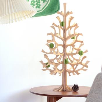 もちろんツリーに飾ってもとっても素敵。シンプルに一色にまとめたり、色々な色をちりばめたりと、お好みで楽しんでみてくださいね。