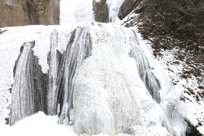 茨城県にある袋田の滝は、四季折々で美しい景色を見せてくれる日本三大名瀑の一つに数えられている滝です。この滝は、冬季になると滝が真っ白に凍結して「氷瀑」となります。まるで、ここでは、時間が止まってしまったかのような不思議な冬絶景を見ることができます。