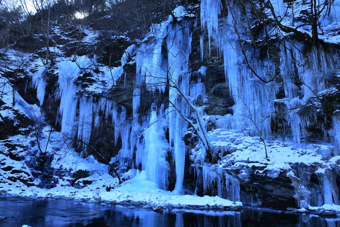 埼玉県秩父市にある「三十槌の氷柱(みそつちのつらら)」は、奥秩父にひっそりと佇む冬絶景です。岩壁から、鋭い氷柱が幾本にも連なっている様は、まさに大自然の畏怖さえも感じさせてくれ、迫力満天の景色に出会うことができます。