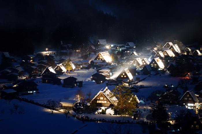 白川郷では、冬季になると例年、合掌造りの民家のライトアップが施されます。しんしんと、降り積もる雪の中、漆黒の世闇を背景に雪に包まれた民家が浮かび上がる幻想的な景色は、私たちが想い描く「日本の昔話」の世界そのものです。