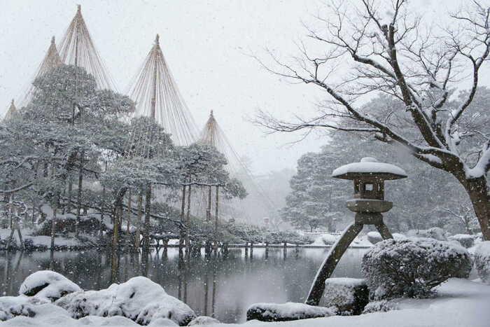 石川県金沢市にある兼六園は、日本三名園の一つで金沢市の特別名勝に指定されています。降り積もる雪の重みに耐える為、樹木には「雪吊り」が施されます。