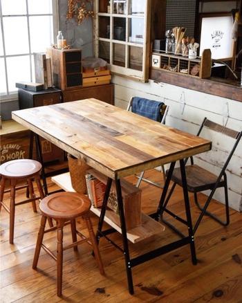 作業台を作るためのアイアンの脚をテーブルに代用。木で枠を作って、その上に大きな合板を固定しています。いろんな色合いの古材を貼って木目が美しいテーブルに。ナチュラルな天板とアイアンの組み合わせがスタイリッシュです。
