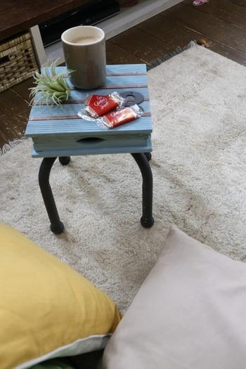 全て100均アイテムだけで作った小さなサイドテーブル。天板にウッドデッキパネル、脚にパイプいすを使用しています。元の形を上手く活かすので、思ったよりも簡単!水色が爽やかでお部屋のアクセントになりそうですね。