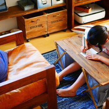 お子さんが座って使うのにぴったりです。100均のマガジンラックと端材だけでリーズナブルなのも嬉しい♪
