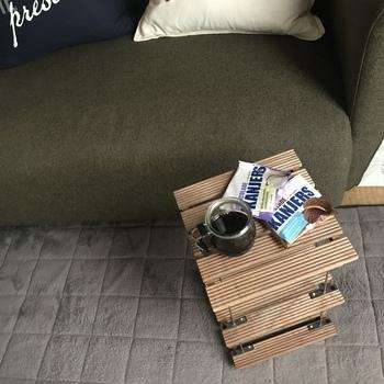 セリアのアイテムだけで作ったコーヒーテーブル。ウッドデッキパネルとステンレスバーをネジで固定して、重ねていくだけの簡単DIY。ウッドデッキパネルの風合いがユーズド感があってカッコいい!