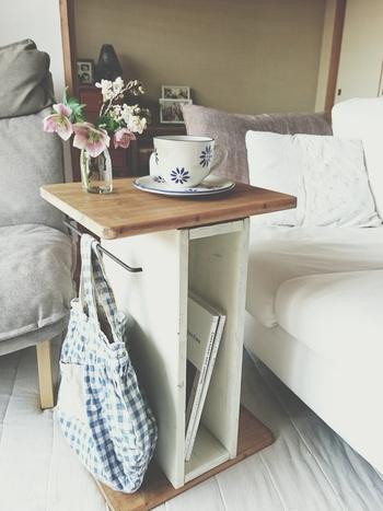 木の風合いを活かしたナチュラルテイストのコーヒーテーブル。天板の下は読みかけの雑誌を置くのに便利。タオルハンガーにはフックを掛けてバッグをを吊るしたり、自由に楽しめます。横お気にすればローテーブルとしても使えますよ。