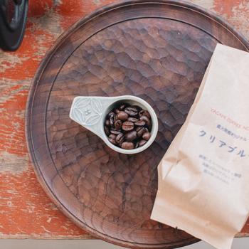 コーヒー豆を挽く際は、メジャー1杯分の10〜15gを目安にしましょう。香り高いコーヒー豆を自分で挽いてみるのも、贅沢なおうち時間のひとときです。