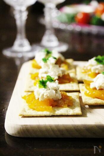 干して甘みが増した干し柿とクリームチーズの相性は抜群。クラッカーやバゲットの上にオシャレに盛れば、簡単でおいしく、見た目も華やかなおつまみの完成です。