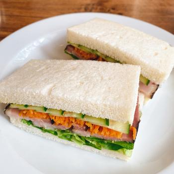サンドイッチやカレーなどのランチメニューは、どれも野菜をふんだんに使っています。毎朝スタッフの方が、近くの農園まで取りに行っているそうで、鮮度抜群。