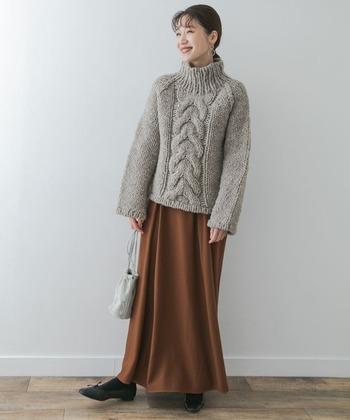 ざっくりと編み込まれたグレーのペルーニットに、ブラウンのボトムスを合わせたコーディネート。暖かみのあるカラーリングで、季節感たっぷりな冬コーデに仕上げています。