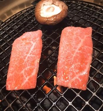 ランチの時間帯は、定食メニューがメインです。新鮮でとてもやわらかいお肉を、網で焼いていただきます。