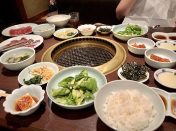 ランチの定食には、サラダやキムチ、ナムル・韓国のり・冷奴などのサイドメニューがセットになっていてボリューム満点。お肉だけでなくお野菜もたっぷり食べられるのがうれしいですね。