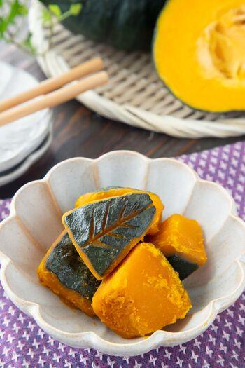 大きなかぼちゃが手に入ったら、ぜひとも作りたいカボチャの煮物。やわらかいので煮崩れしがちですが、塩もみしておくことで煮崩れ防止になるんです。砂糖と醤油を時間差で加えて、味を染み込ませるのがコツ。
