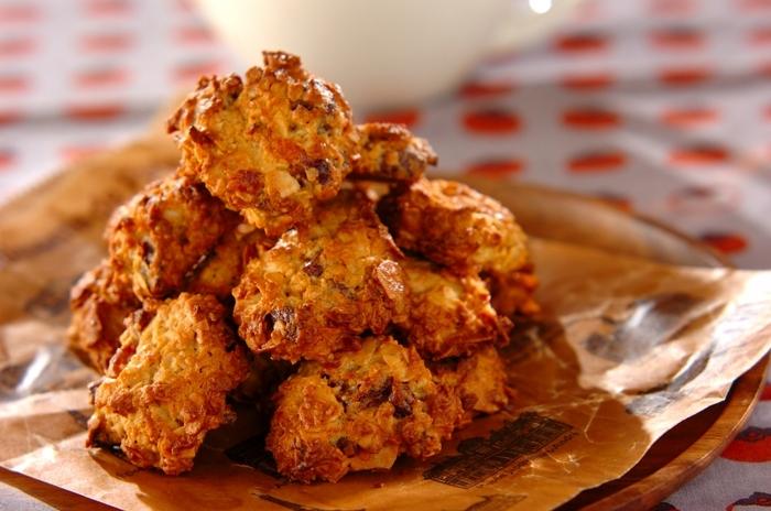 干し柿とレモンの風味がおいしいクッキー。材料を混ぜて焼くだけの簡単レシピですが、干し柿の他に、オートミールやスライスアーモンドも入り、さまざまな食感が楽しめる味わい深いクッキーです。