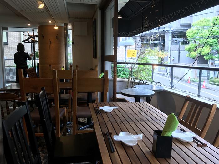 店内はテーブル席・ソファ席・テラス席もあり、開放的な空間が広がります。シンプルな木のテーブルや椅子が、温かみを感じさせます。