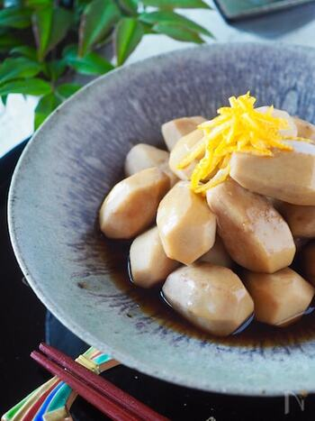 煮っころがしとは、焦げないように具材を転がしながら汁を煮つめる方法のこと。こちらの里芋の煮っころがしは、下茹ででアクとヌメリを取って作る基本のやり方。里芋の皮は硬くて味が染み込みにくいので、厚めに剥くのがポイントです。