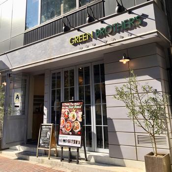 駒沢通り沿い、種類豊富なサラダを揃えるサラダボウル専門店「グリーンブラザーズ」。グリーンを主食にすることで心と体を整え、命を整えるという、健康的なライフスタイルを提案しています。