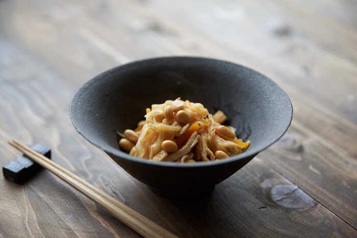切り干し大根に大豆が入って栄養ばっちりな煮物レシピ。食べ応えがあるので、献立が寂しい時にも役立ちますよ。具材を最初に炒めてから煮るので短い時間で完成するのも作りやすいポイント。